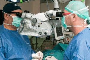 דר' שי שפי (משמאל) עם עוזרו, במהלך מיקרו טסה עם מיקרוסקופ ניתוחי חדיש